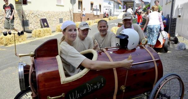 Die tolle »Was e' Ding«-Kiste mit den Erbauern und Fahrern Katharina und Toni Lindner, Wolfgang Winkler, Ingmar Planz (von links).