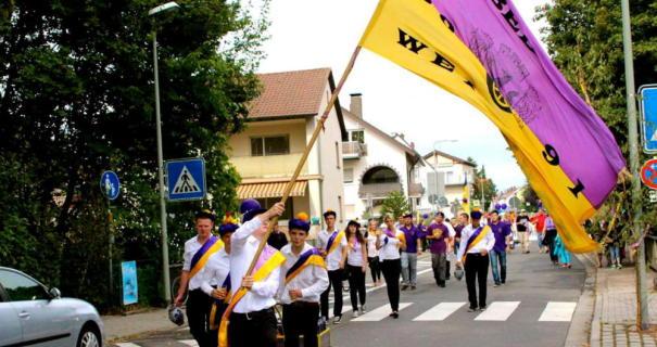 Lila-gelb dominiert: So feierten die Kerbeborsch vor zwei Jahren beim Umzug in der Schulstraße.